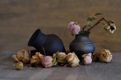 Вянуть цветки в старых вазах Стоковые Фотографии RF