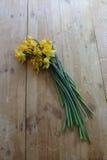 Вянуть daffodils отрезка на деревянной столешнице стоковые фотографии rf