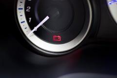 В-автомобиль предупредительного светового сигнала батареи символов экрана стоковые изображения