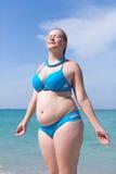 Влажная полная середина постарела женщина в голубом бикини Стоковое фото RF
