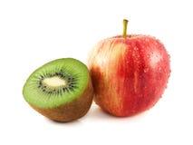 влажное красное яблоко с половиной кивиа Стоковые Фото