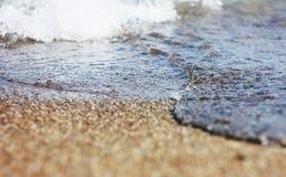 Влажные песок и волны на море Стоковая Фотография