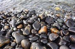 Влажный черный камень Стоковые Изображения