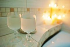 2 влажных стекла свечей предпосылки вина горящих в ванной комнате Стоковые Фотографии RF