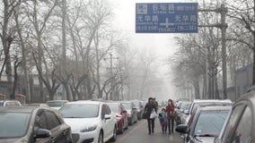 Власти Пекина поддерживают второй уровень красного цвета сигнала тревоги смога Стоковые Фотографии RF