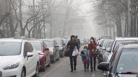 Власти Пекина поддерживают второй уровень красного цвета сигнала тревоги смога Стоковое фото RF