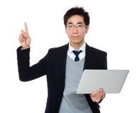Владение бизнесмена с портативным компьютером и палец указывают вверх Стоковые Изображения