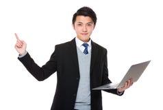 Владение бизнесмена с портативным компьютером и палец указывают вверх Стоковые Изображения RF
