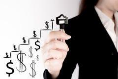 Владение бизнес-леди ключ с растущим представлением диаграммы Ключ к успеху в концепции вклада Стоковая Фотография RF