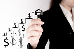 Владение бизнес-леди ключ с растущим представлением диаграммы Ключ к успеху в концепции вклада Стоковые Фотографии RF