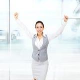 Владение возбужденное бизнес-леди вручает вверх по поднятым оружиям Стоковое Изображение RF