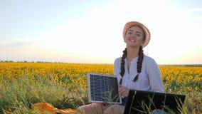 Владение девушки в панели солнечных батарей руки и жест рукой выставок любят используя панель outdoors, женский в backlight с тет акции видеоматериалы