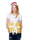 Владение девушки рождества с большой подарочной коробкой Стоковые Фотографии RF