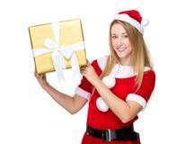 Владение девушки Xmas с большой присутствующей коробкой Стоковые Фотографии RF