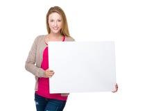 Владение женщины с белой пустой доской Стоковые Изображения RF