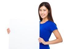 Владение женщины с белым плакатом Стоковое Изображение RF