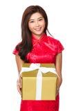 Владение женщины с большой подарочной коробкой Стоковая Фотография RF