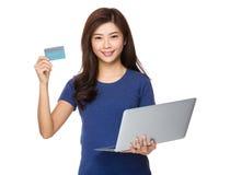 Владение женщины с компьтер-книжкой и кредитной карточкой Стоковые Фотографии RF