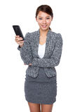 Владение женщины с мобильным телефоном Стоковые Фото