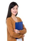 Владение женщины с доской сзажимом для бумаги Стоковые Фотографии RF
