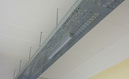 Владение неоновой лампы (или люминесцентной лампы) на алюминиевых рельсах стоковое фото