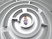 владение домашнего ключа принципиальной схемы дела золотистое достигая небо к мальчик в лабиринте 3D Стоковые Изображения RF