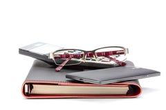 владение домашнего ключа принципиальной схемы дела золотистое достигая небо к Ручка, тетрадь, калькулятор и стекла стоковые изображения rf