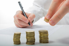 владение домашнего ключа принципиальной схемы дела золотистое достигая небо к Рука бизнесмена подсчитывая деньги на калькуляторе Стоковые Фотографии RF