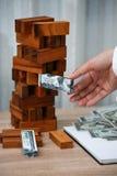 владение домашнего ключа принципиальной схемы дела золотистое достигая небо к Планированиe бизнеса инвестором Современные капитал Стоковое фото RF