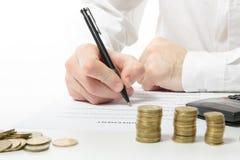 владение домашнего ключа принципиальной схемы дела золотистое достигая небо к Рука бизнесмена подсчитывая деньги на calculato Стоковые Изображения RF