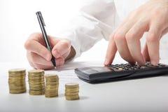 владение домашнего ключа принципиальной схемы дела золотистое достигая небо к Рука бизнесмена подсчитывая деньги на calculato Стоковые Фотографии RF