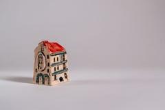 владение домашнего ключа принципиальной схемы дела золотистое достигая небо к Модель гостиницы дома Стоковое фото RF