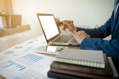 владение домашнего ключа принципиальной схемы дела золотистое достигая небо к молодой экипаж бизнесмена работая с новым startu Стоковые Изображения RF