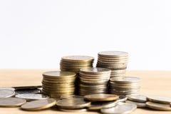 владение домашнего ключа принципиальной схемы дела золотистое достигая небо к Кренить работа монетки на таблице с торгуя белой пр Стоковые Изображения