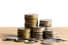 владение домашнего ключа принципиальной схемы дела золотистое достигая небо к Кренить работа монетки на таблице с торгуя белой пр Стоковое фото RF