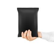 Владение пустой черной насмешки сумки закуски поднимающее вверх в изолированной руке стоковые фотографии rf