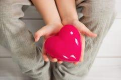 Владение ребенка красное сердце Стоковые Фото