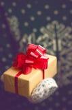 Владения девушки в подарке на рождество рук Стоковая Фотография