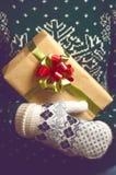 Владения девушки в подарке на рождество рук Стоковое Изображение RF