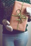 Владения девушки в подарке на рождество рук Стоковая Фотография RF
