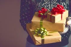 Владения девушки в подарке на рождество рук Стоковые Фото