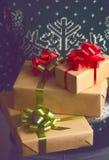 Владения девушки в подарке на рождество рук Стоковое фото RF