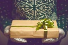 Владения девушки в подарке на рождество рук Стоковые Фотографии RF