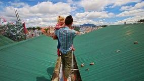 Владения отца в маленькой девочке оружий идут на крышу в курортном городе видеоматериал