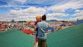 Владения отца крупного плана в маленькой девочке оружий идут на крышу в городе видеоматериал