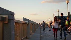 Владивосток, Россия - 25-ое июля 2017: люди идя вдоль прогулки в лете сток-видео