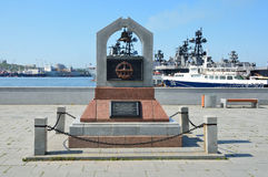 Владивосток, Россия, 3-ье июня 2016 Мемориал к моряк-водолазам на обваловке Karabelnaya в Владивостоке Стоковая Фотография RF