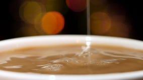В белой чашке молока черного кофе лить движение медленное акции видеоматериалы