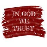 В боге мы доверяем лозунгу в меле ретро стиля рисуя белом на красной доске или американском флаге с звездами и помаркой Стоковая Фотография RF