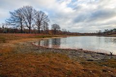 В большинстве высушенный вверх по озеру после увеличиваемой засухи в pe лета стоковые фото